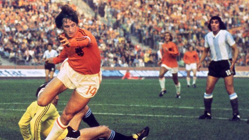 Chàng tiền vệ huyền thoại Johan Cruyff sỡ hữu lối chơi toàn diện